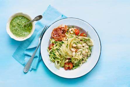 Courgettespaghetti met venkel, cherrytomaat, pesto en pancetta ...