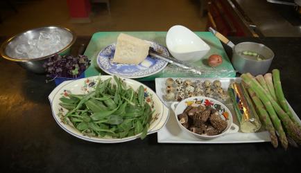 Groene asperges met kwarteleieren, morilles en parmezaan