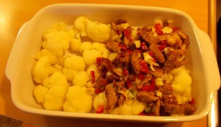 Ovenschotel bloemkool met pittige vleesreepjes en paprikaroomsaus