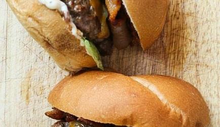 Sunday brunch triple bacon burger recept