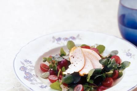 Waterkerssalade met rode druiven en gerookte kip