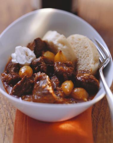 Recept 'rundergoulash met zilveruitjes en zure room'