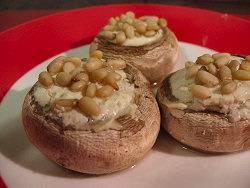 Gevulde champignons met kruidenkaas en pijnboompitten recept ...