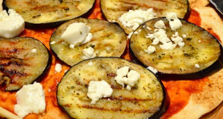 Platbrood met aubergine en geitenkaas