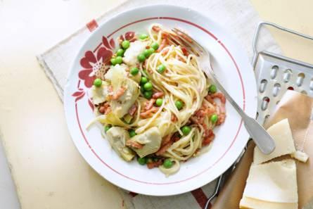 Spaghetti carbonara met erwten en artisjokken