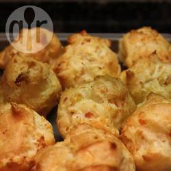 Gougères met gerookte zalm en parmezaanse kaas recept ...