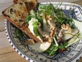 Salade met peer, walnoten, gesmolten camembert en geroosterd ...
