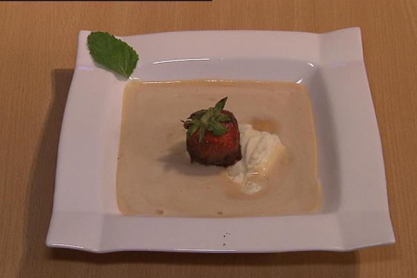 Sabayon van kriekenbier met een bolletje vanille-ijs, versierd met ...