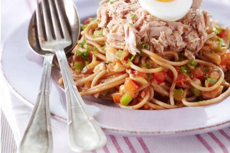 Spaghetti met zelfgemaakte tomatensaus en tonijn