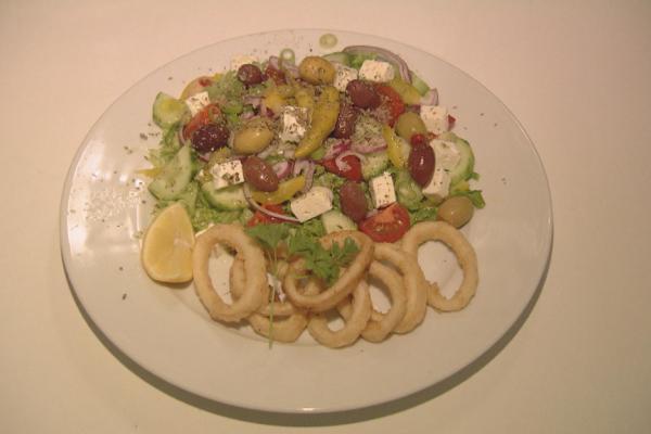 Griekse salade met koude mezze