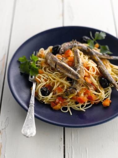 Recept 'cappellini met ansjovis, olijven en tomaten'