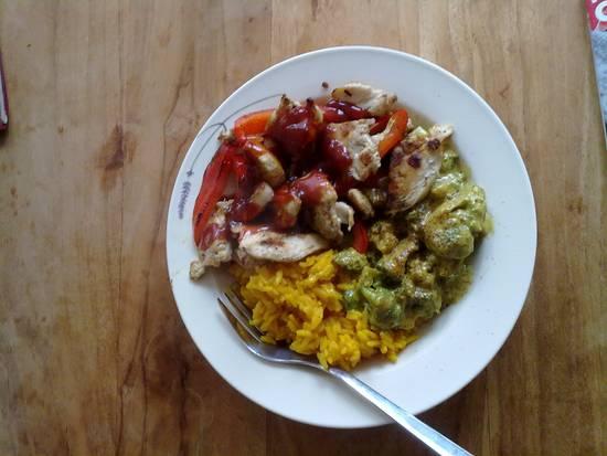 Gegrillde kip, broccoli met kerrysaus en gele rijst recept ...