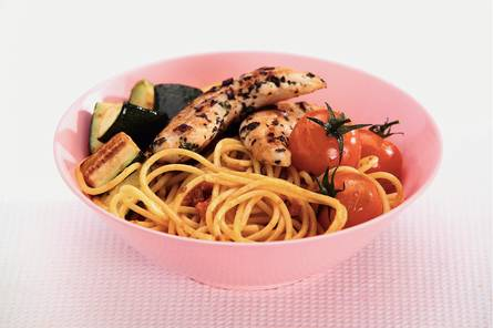 Spaghetti met tomatensaus en gegrilde kip