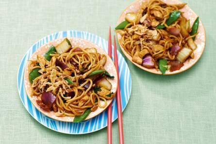 Chinese noedels uit de wok met groente en scharrelkipfilet