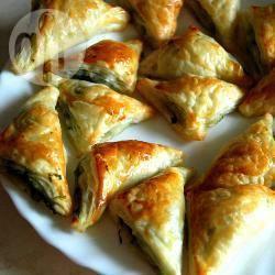 Bladerdeeghapjes met spinazie en feta recept