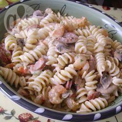 Speciale pasta met botersaus, worst en garnalen recept
