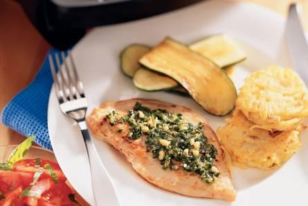 Kalkoenschnitzel met citroen-bieslookpesto en aardappelkoekjes ...
