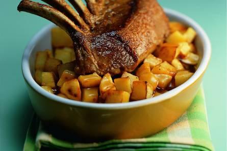 Lamsrack met aardappelblokjes en knoflook