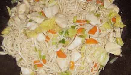 Snelle zoete bami goreng met pittige kip recept