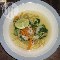 Thaise noedelsoep met groenten en garnalen recept