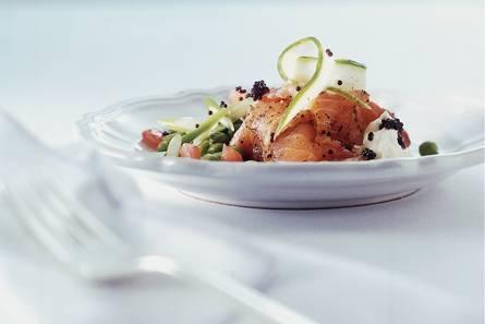 Gravad lachs op erwtjessalade met kaviaar
