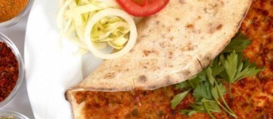 Turkse tortilla met yoghurtsaus recept