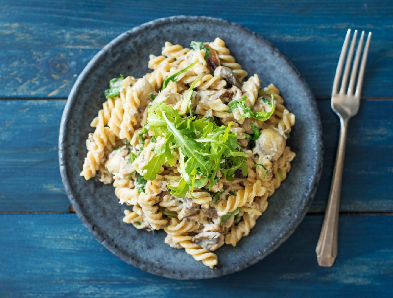 Romige fusilli met warmgerookte makreel, champignons en rucola ...