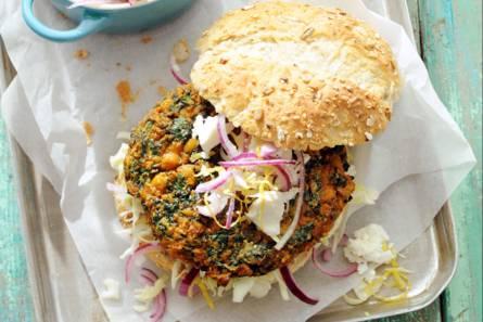 Broodje spinazieburger met spitskoolsalade