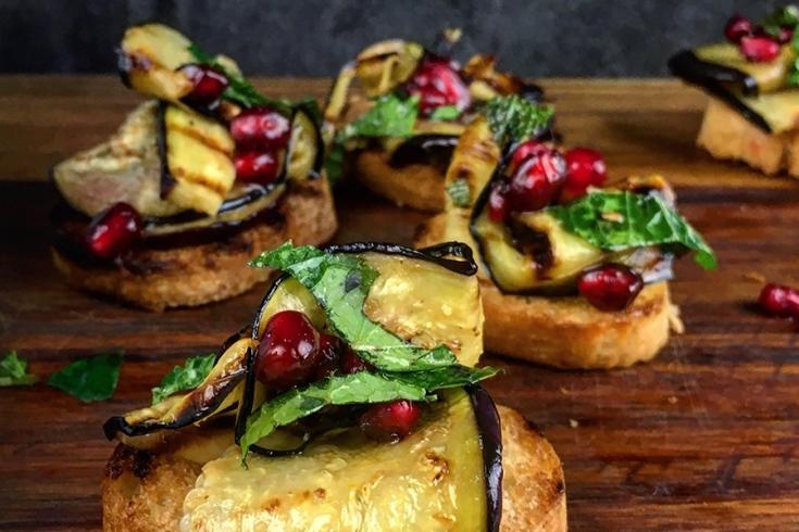 Crostini met aubergine & munt