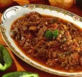 Gestoofd rundvlees met uien en tomaten. recept