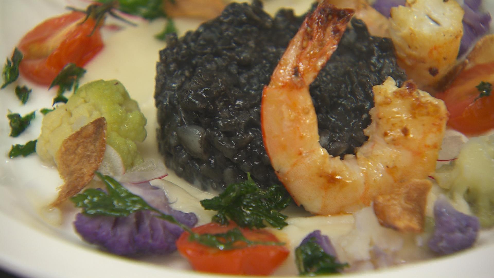 Zwarte risotto met zeevruchten en bloemkool