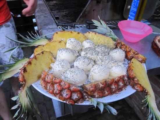 Geflambeerde ananas met vanille/aardbeien ijs ijs recept ...