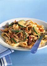 Tagliatelle met gehakt, gedroogde tomaten en courgette recept ...