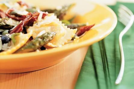 Groene asperges met ravioli en zwarte olijven