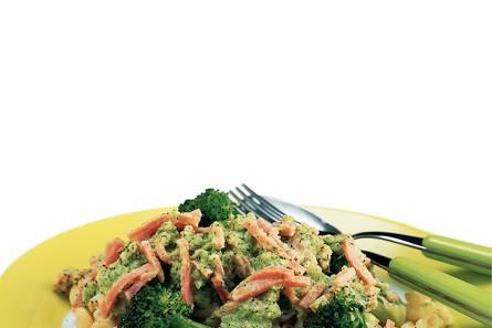 Macaroni met ham en broccolisaus