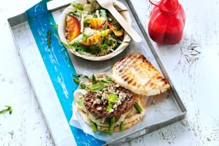 Hamburger met gegrilde groenten, hummus en witte kaas