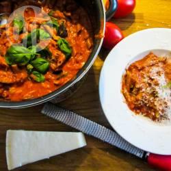 Pasta met tomaat, aubergine en véél mozzarella recept