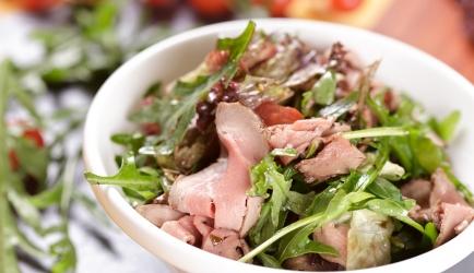 Warme salade met biefstuk en gedroogde tomaten recept ...