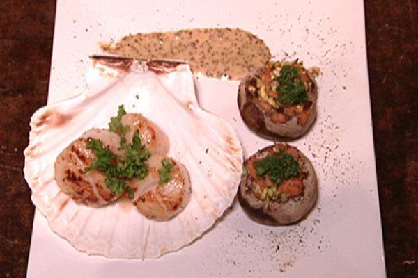 Gebakken coquilles met gevulde champignons en mosterdsaus