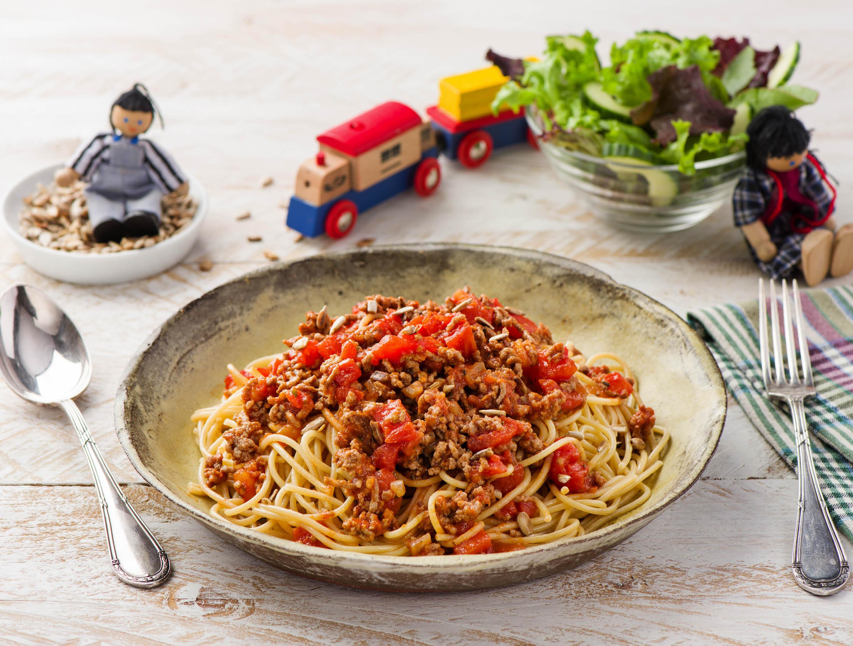 Spaghetti bolognese met gehakt met rucolasalade en komkommer
