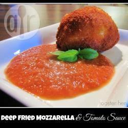 Gefrituurde mozzarella met een pittige tomaten