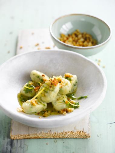 Recept 'gnocchi met raapstelen en broodcrumble'
