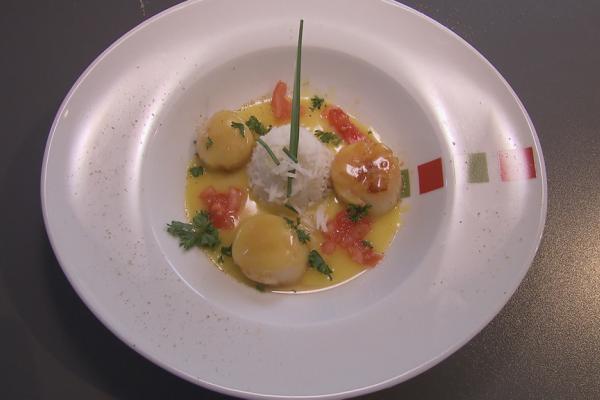 Sint-jacobsvruchten met tomaat en basmatirijst, badend in een ...