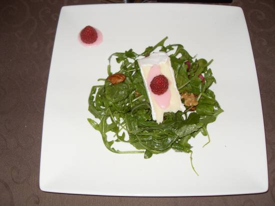 Salade met brie, noten en frambozen. recept