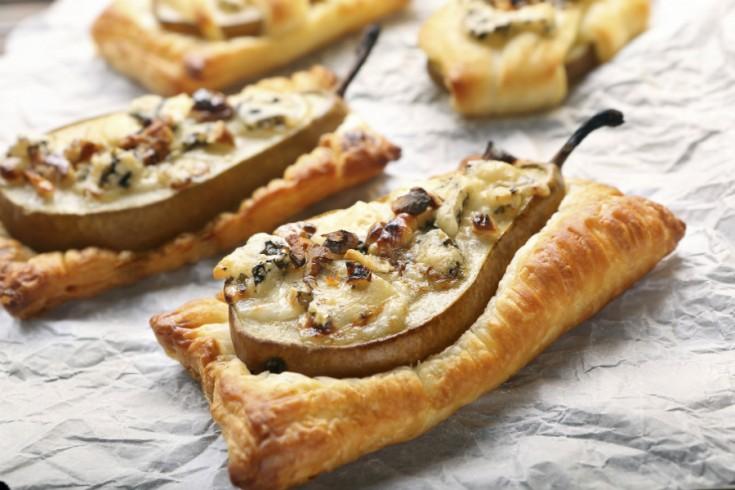 Peren in bladerdeeg met blauwe kaas, honing en walnoten