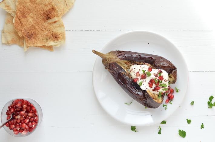 Gepofte aubergine met yoghurt en granaatappel