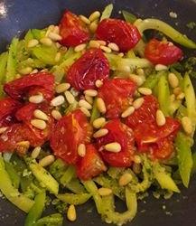 Courgetti met pesto en oven-tomaatjes recept