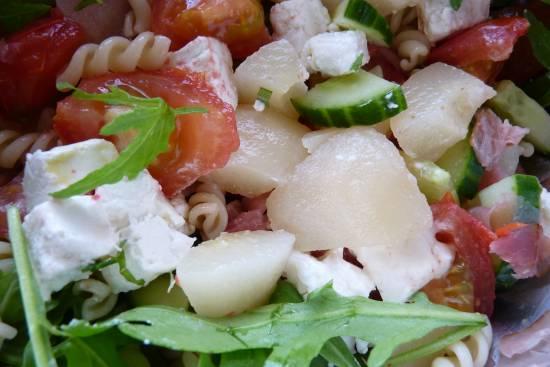 Salade van rucola, peer, geitenkaas, tomaat en rauwe ham ...