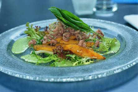 Salade van hollandse garnalen met mango en basilicumdressing ...
