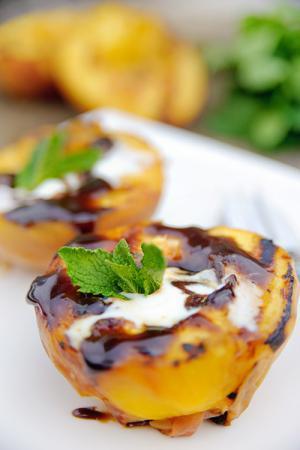 Recept 'gegrilde perzik met karamelsaus'